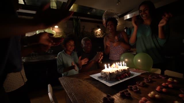 vídeos de stock, filmes e b-roll de festa de aniversário comemorando neta - brigadeiro