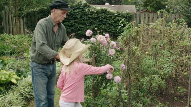 孫娘が彼の庭で剪定を彼女の祖父を助ける ビデオ