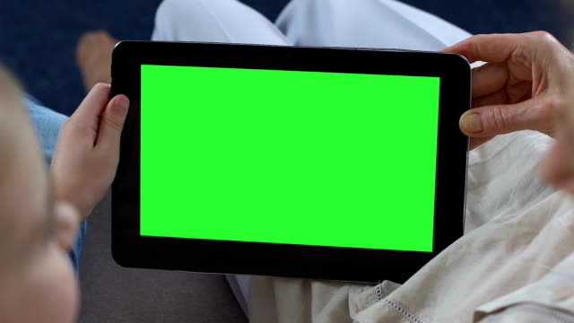 granddaughter showing granny mobile apps on green screen tablet, messenger - ipad video stock e b–roll