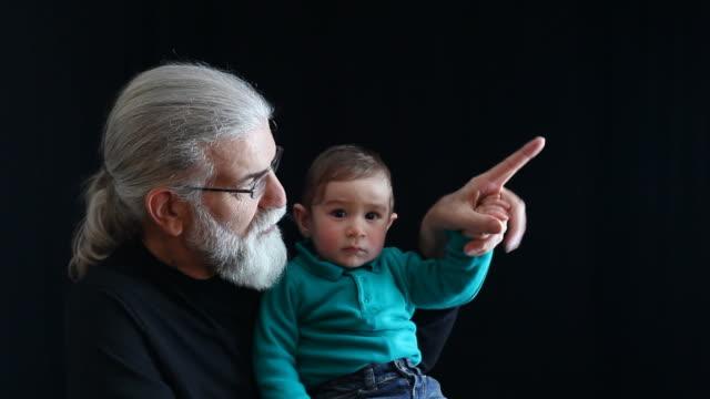 vídeos de stock e filmes b-roll de avô e baby boy - super baby