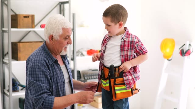 vídeos de stock e filmes b-roll de grandfather and grandson in workshop - bricolage