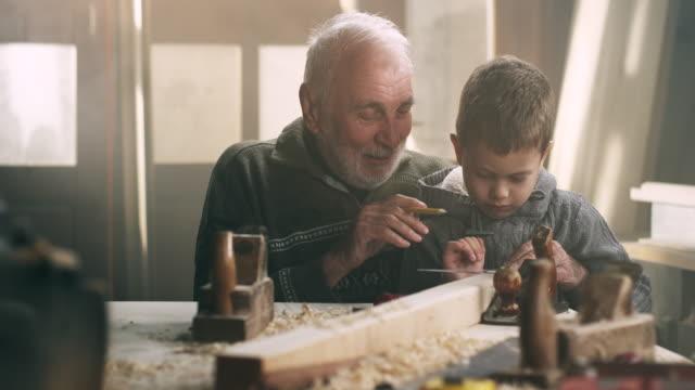 Avô e neto na oficina - vídeo
