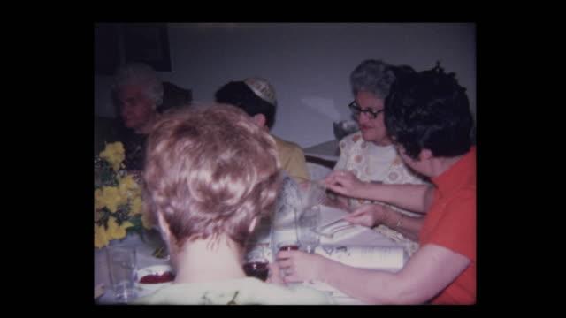 vídeos y material grabado en eventos de stock de abuelo de 1971 conduce oración sobre el vino en el seder de la pascua - pascua judía