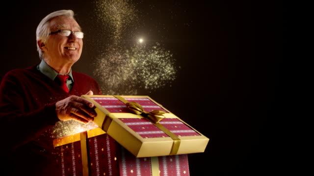 クリスマスのギフトを開くの祖父 - プレゼント点の映像素材/bロール