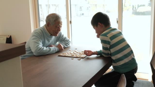 祖父と遊ぶ日本のチェス、孫ご自宅で ビデオ