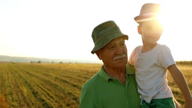farfar går utomhus med barnbarn - senior walking bildbanksvideor och videomaterial från bakom kulisserna