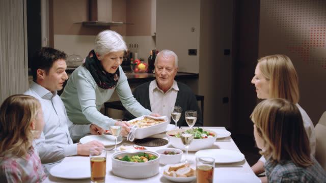 ご家族でのお食事 - 親族会点の映像素材/bロール