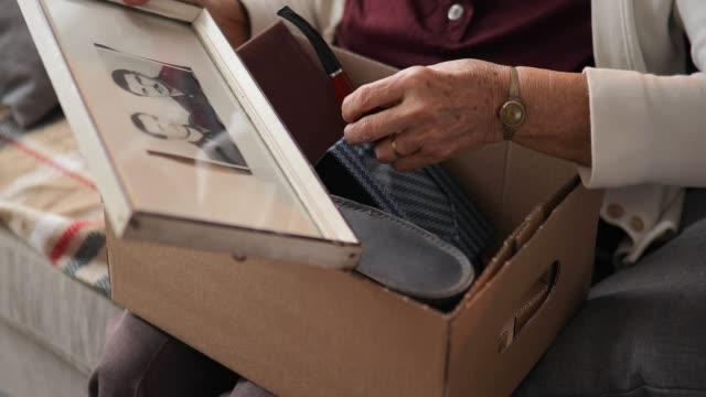 vídeos y material grabado en eventos de stock de abuela sentada en casa y mirando fotos viejas - árboles genealógicos