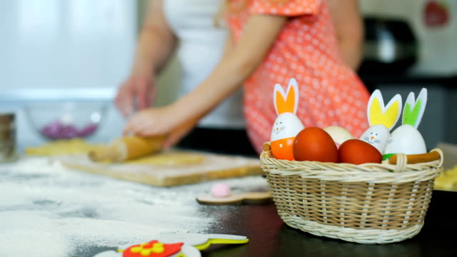 oma lehrt little girl rolling out a dough - osterhase stock-videos und b-roll-filmmaterial