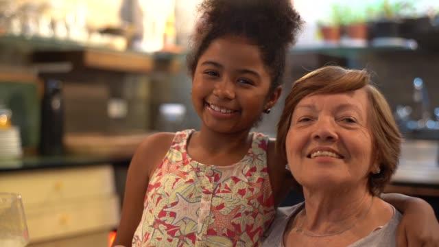 babcia i wnuczka w kuchni - babka dziadek i babcia filmów i materiałów b-roll