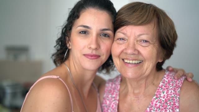 бабушка и внучка глядя на камеру - парагвай стоковые видео и кадры b-roll