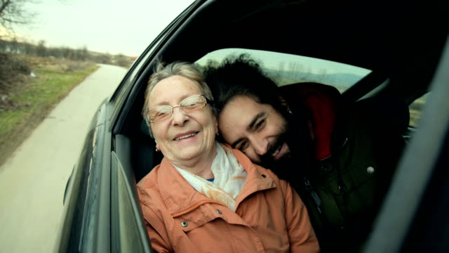 grandmother and grandson in the car - attività del fine settimana video stock e b–roll