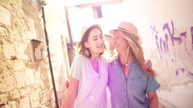 祖母と 10 代の孫娘が楽しい古い村を歩いて - 母の日点の映像素材/bロール