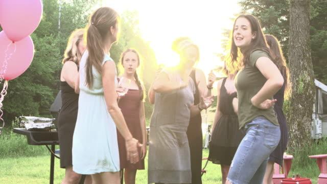 Partido de nacimiento de la abuela familia grande al aire libre - vídeo