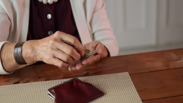 祖母數硬幣 - 銀包 個影片檔及 b 捲影像