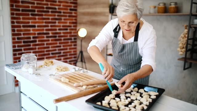 vídeos y material grabado en eventos de stock de abuela en su cocina - galleta dulces