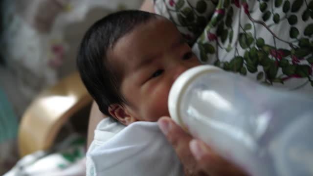 祖母は彼女の孫、異なる世代の家族関係を養うミルクです ビデオ