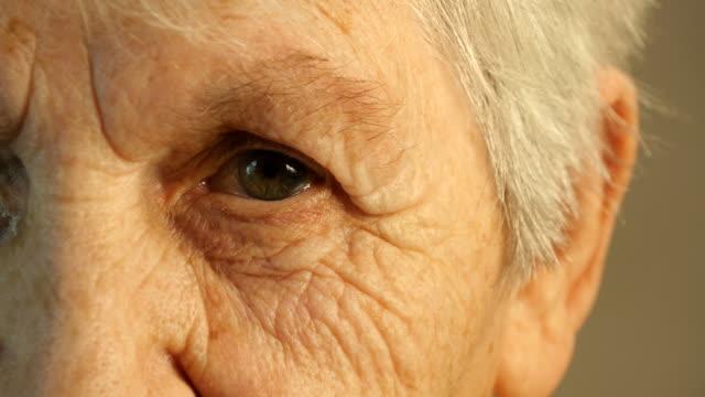 祖母を見ているのカメラ。クローズアップ - まぶた点の映像素材/bロール