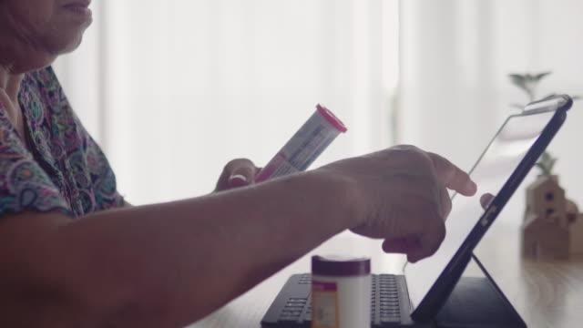 タブレットで医者と話す祖母 - 処方箋点の映像素材/bロール