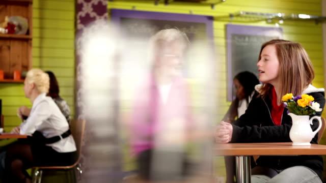 großmutter mit grandaughter im café - fülle stock-videos und b-roll-filmmaterial