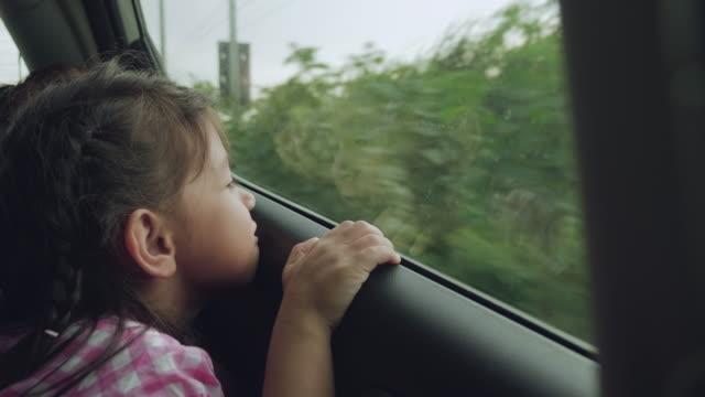 夕暮れ時の車の中で孫と祖母 ビデオ