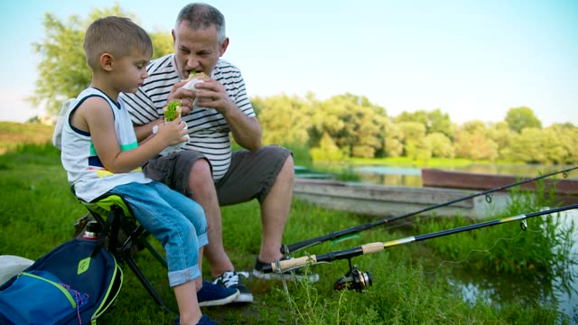 stockvideo's en b-roll-footage met opa en kleinzoon vissen - sober leven
