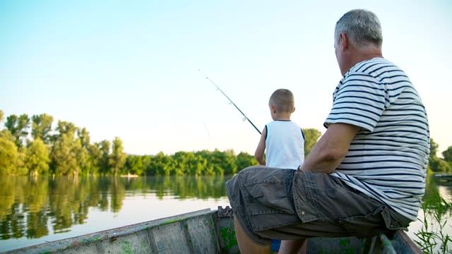 おじいちゃんと孫の釣り - 釣りをする点の映像素材/bロール
