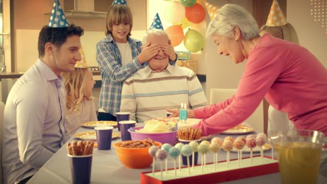 grandpa getting surprise cake for birthday from his family - 30 39 år bildbanksvideor och videomaterial från bakom kulisserna