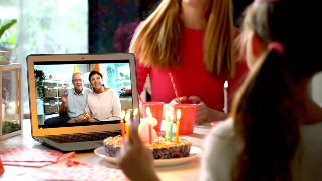 i nonni si congratulano con i loro nipoti buon compleanno usando la videochiamata per laptop - relazione umana video stock e b–roll
