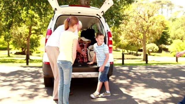 andare in viaggio su strada nonni con nipoti - viaggio d'istruzione video stock e b–roll