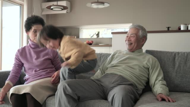 祖父母遊び、孫とリビングエリア - シルバー点の映像素材/bロール
