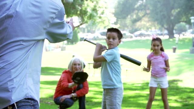Großeltern spielen Baseball mit Enkel im Park – Video