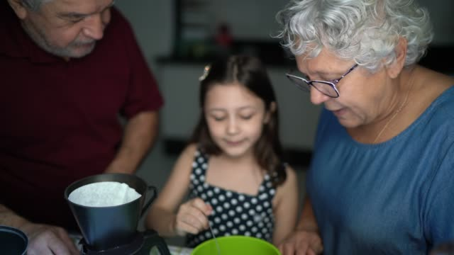 i nonni preparano il caffè con la nipote a casa - nipote femmina video stock e b–roll