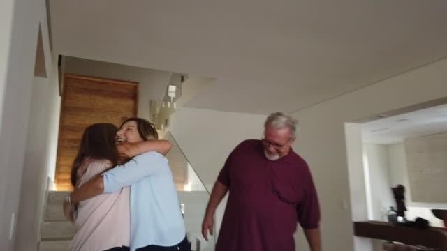 mor-och far föräldrar besöker och familjen hälsar - ankomst bildbanksvideor och videomaterial från bakom kulisserna