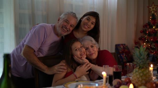 Großeltern mit Enkelin Porträts am Weihnachtsessen – Video
