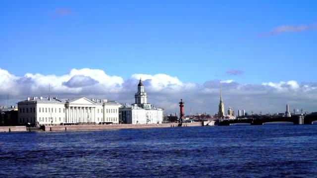 granito fiume neva quay con kunstkamera a distanza - san pietroburgo russia video stock e b–roll