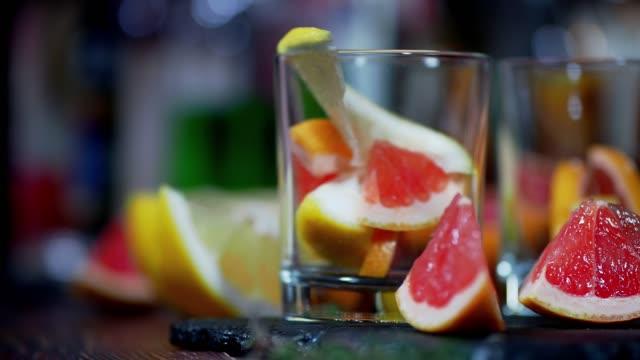 vidéos et rushes de cocktail de pamplemousse et de thym - infusion pamplemousse