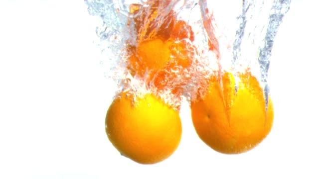 vidéos et rushes de grapefruits tombant dans l'eau en super slow motion - pamplemousse
