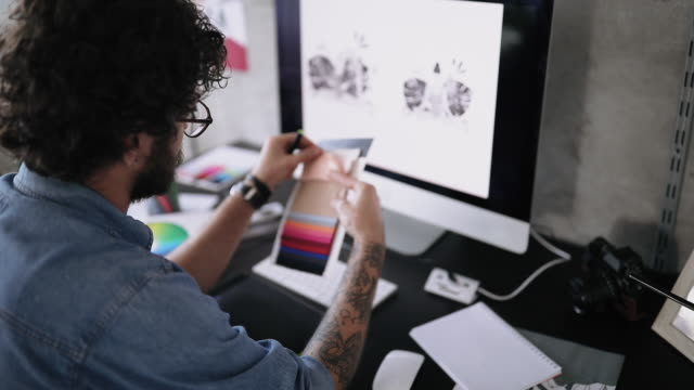 vídeos y material grabado en eventos de stock de diseñador gráfico trabajando en su proyecto - trabajo freelance
