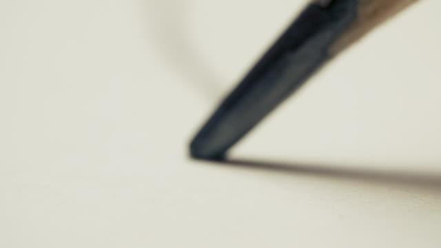 grafit penna ritar en rak linje på ett vitt bakgrundspapper, makro skott - blyertspenna bildbanksvideor och videomaterial från bakom kulisserna