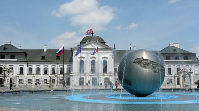 grassalkovich präsidentenpalast in bratislava. - slowakei stock-videos und b-roll-filmmaterial