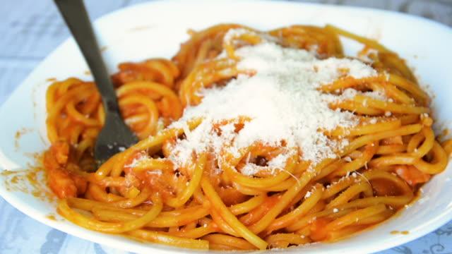 vidéos et rushes de fromage râpé sur spaghetti - spaghetti bolognaise