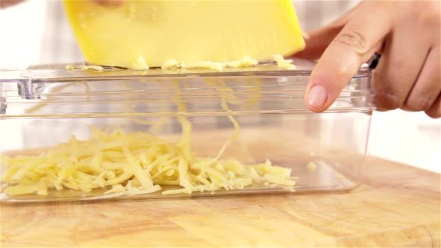 grating käse - scheibe portion stock-videos und b-roll-filmmaterial