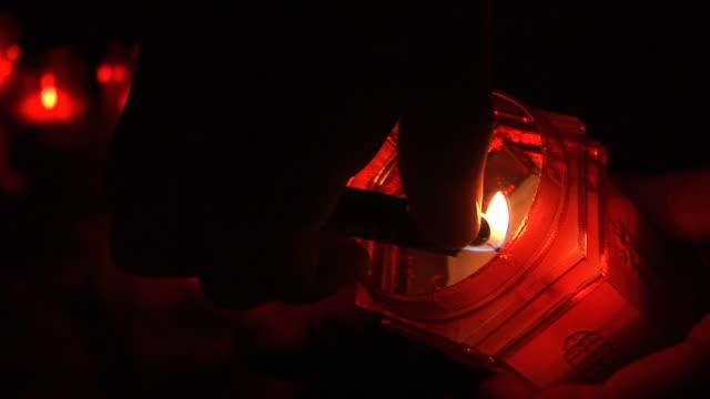 hd: grave candle - ljus på grav bildbanksvideor och videomaterial från bakom kulisserna