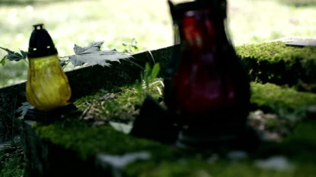 grave, kyrkogård, ljus, leaf - ljus på grav bildbanksvideor och videomaterial från bakom kulisserna