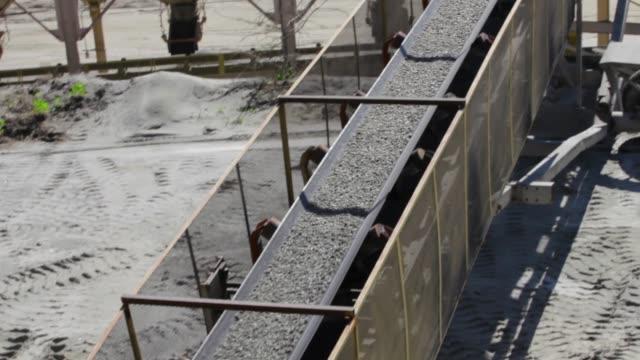 gravel pit conveyer belt - rivoluzione industriale video stock e b–roll
