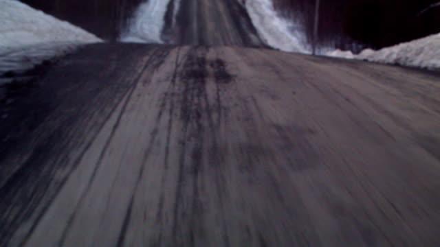 vídeos de stock e filmes b-roll de estrada de cascalho vista de um carro aspiração copo - passagem de ano