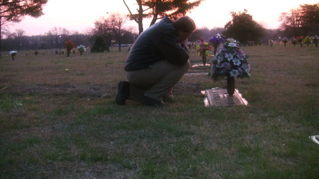graveside - ljus på grav bildbanksvideor och videomaterial från bakom kulisserna