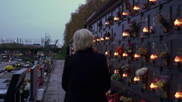 kyrkogården i skymningen - ljus på grav bildbanksvideor och videomaterial från bakom kulisserna