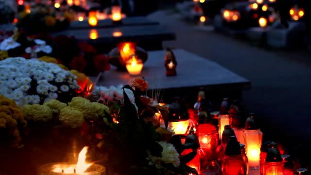 graveyard, holiday of the deceased. - ljus på grav bildbanksvideor och videomaterial från bakom kulisserna
